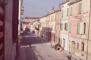 Mirandola-Via-Fulvia-con-il-bottaio-Bordini-gent.conc_.-Marco-Mascerini