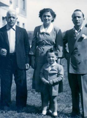 Il piccolo Franco Gambuzzi tra il nonno, la madre ed il padre