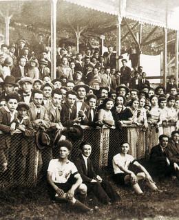 1920-Calcio-Mirandolese-la-tribuna-in-legno-Gent.conc_.-Alberto-Bombarda