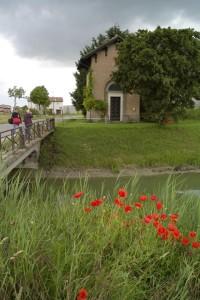 2008-Oratorio-Madonna-delle-Grazie-Gianni-Berengo-Gardin-fotografo-con-assistente-Gent.conc_.-Rubes-Neri