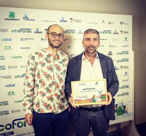 Simone Ganzerli (sinistra) e Matteo Borghi (destra) ritirano il premio di Legambiente